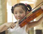 gia-su-day-violin-cho-hoc-sinh-giasutrithuc